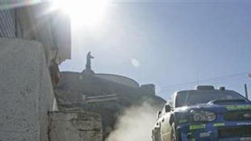 Nor Peter Solberg se subaru na trati šesté rychlostní zkoušky Mexické rallye.