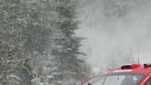 Fin Marcus Gronholm na trati Švédské rallye 2005 s vozem Peugeot 307 WRC.