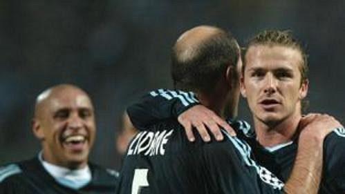 David Beckham z Realu Madrid přijímá gratulace za vstřelený gól od spoluhráče Zidana