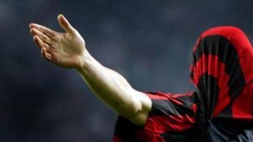 Svůj gól do sítě Ajaxu Amsterdam oslavil útočník AC Milán Andrej Ševčenko přetáhnutím dresu přes hlavu