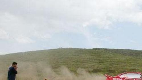 Harri Rovanpera s peugeotem na shakedownu Rallye Akropolis.