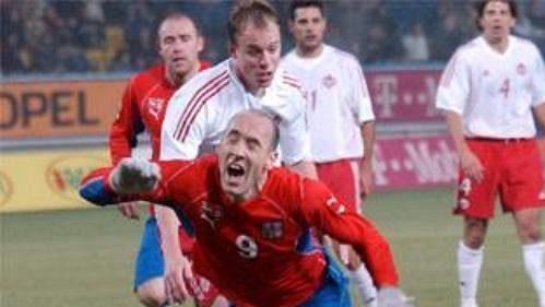Jan Koller padá. Z následná penalty otevřel Jankulovski skóre zápasu ČR - Kanada.