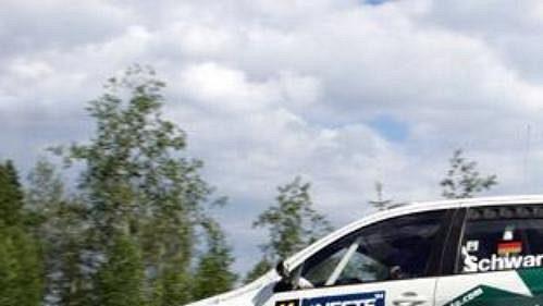 Armin Schwarz předvádí 'letové vlastnosti' fabie při Finské rallye.