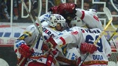 Hokejisté Slavie oslavují gól v brance Sparty.
