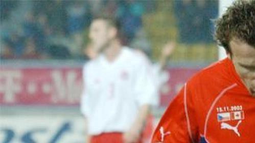 Karel Poborský se raduje z branky, která změnila stav utkání na 3:0.