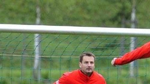 Brankář Antonín Kinský sleduje hlavičkujícího Pavla Nedvěda při tréninku české fotbalové reprezentace v Seefeldu.