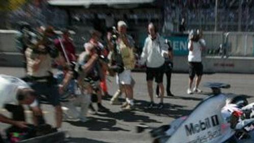 Kimi Räikkönen vyjíždí z boxů na trať v italské Monze.