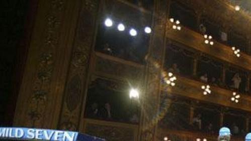 Slavnostní představení nového monopostu R24 stáje Renault v palermském divadle Massimo na Sicílii. Novinářům pózují (zleva) piloti Fernando Alonso, Jarno Trulli a Franck Montagny.