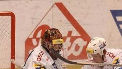 Brankář Slavie Málek zlikvidoval společně se spoluhráči Pojkarem a Tomicou (vpravo) příležitost karlovarského obránce Ptáčka.