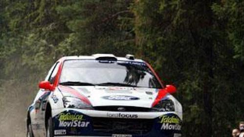 Carlos Sainz s Fordem Focus na trati Finské rallye 2002.