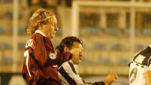 Lukáš Zelenka ze Sparty překonává obranu Besiktasu a střílí první gól zápasu