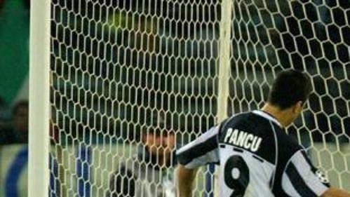 Daniel Pancu z tureckého Besiktase proměňuje penaltu proti Laziu Řím v utkání 5. kola Ligy mistrů