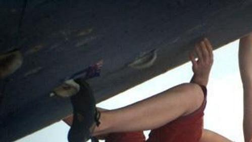 Zuzana Ulrichová zdolává jednu z cest při druhém dílu Boudler série 2003 na Letné.