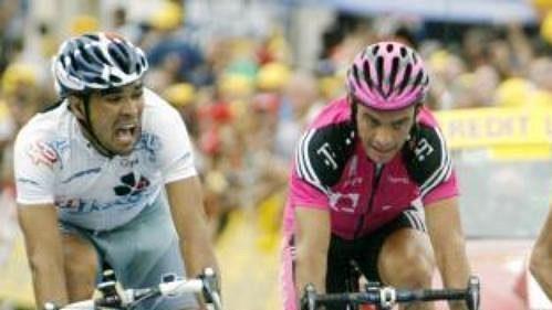 Španěl Pablo Lastras (vpravo) vyhrál 18. etapu Tour de France. Do cíle dovedl skupinku uprchlíků, kteří měli v cíli náskok před hlavním pelotonem téměř dvacet minut.