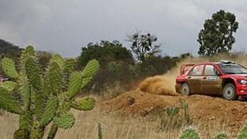 Francouz Gilles Panizzi s mitsubishi na trati první etapy Mexické rallye.