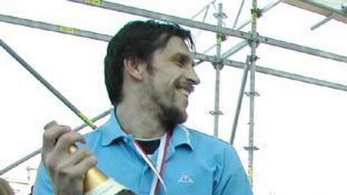 Zlínští hokejisté v čele s kapitánem Miroslavem Okálem (na snímku s lahví šampaňského) se při páteční oslavě před zlínskou radnicí pochlubili mistrovským pohárem.