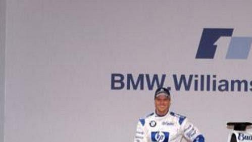 Piloti Ralf Schumacher a Juan Pablo Montoya (v kokpitu) při odhalení nového monopostu týmu BMW WilliamsF1.