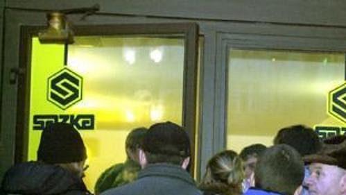 Lidé čekají ve frontě před prodejním místem Sazky, aby si mohli zakoupit vstupenku na MS v hokeji 2004