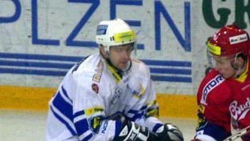 Martin Výborný z Plzně (vlevo) a Štěpán Hřebejk z Budějovic v utkání hokejové extraligy hraném 16. září v Plzni.