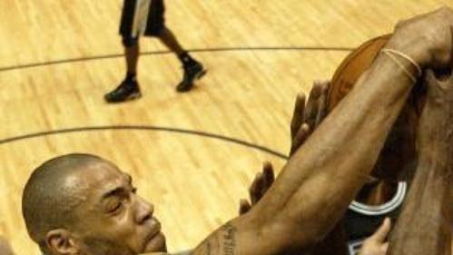 Kenyon Martin z New Jersey Nets (vlevo) bojuje pod košem celku San Antonio Spurs o míč s Kevinem Willisem v zápase finálové série basketbalové ligy NBA.