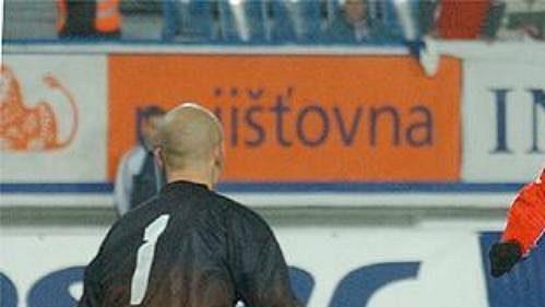 Karel Poborský si rovná míč na svůj pověstný padáček, ale tentokrát mu nevyšel.
