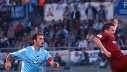 Paolo Negro z Lazia Řím (vlevo) sleduje skorujícího Libora Sionka ze Sparty Praha v utkání druhého kola skupiny G fotbalové Ligy mistrů