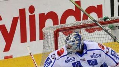 Finský gólman Ari Ahonen kontroluje situaci za svou brankou v utkání s Ruskem.