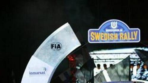 Nor Petter Solberg se subaru při slavnostním zahájení Švédské rallye.