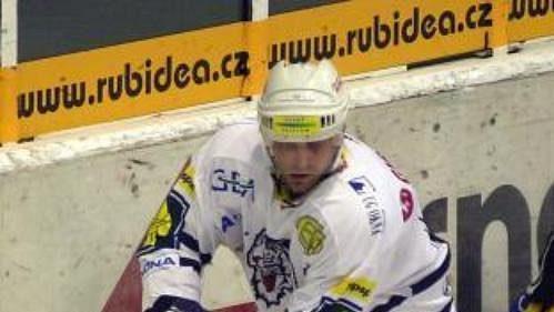 Martin Hamrlík ze Zlína padá po faulu Radoslava Kropáče z Liberce (vlevo) v hokejovém extraligovém utkání hraném 19. září v Liberci