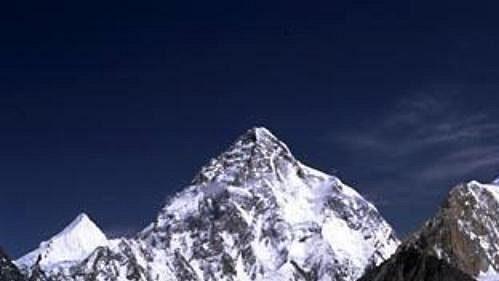 K2 (8611 m - vlevo) a Broad Peak (8047 m).