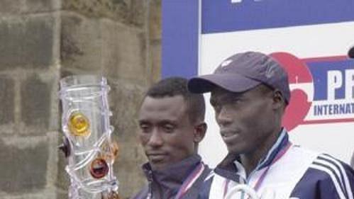 Nejrychlejší muži na stupni vítězů Pražského mezinárodního maratonu.
