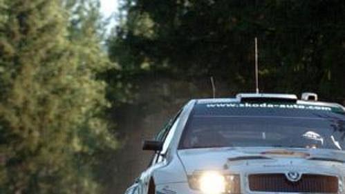 Toni Gardemeister předvádí 'letové vlastnosti' fabie při Finské rallye.