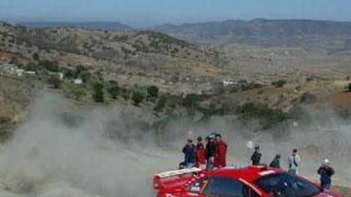 Marcus Grönholm s peugeotem na trati Mexické rallye.