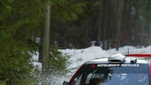 Francouz Gilles Panizzi s mitsubishi na trati čtvrtečního shakedownu Švédské rallye.