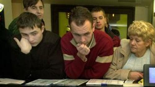 Pracovník u terminálu Sazky vyřizuje prodej vstupenek na MS v hokeji 2004