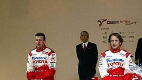 Piloti stáje Toyota Olivier Panis (vlevo) a Cristiano da Matta pózují u nového monopostu s označením TF 104.