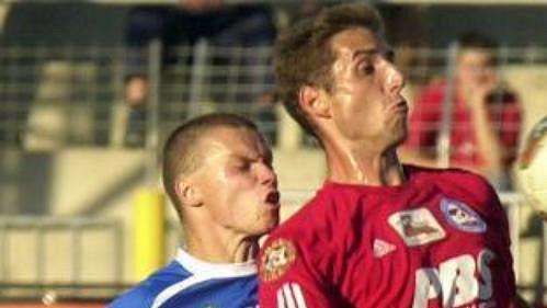 Libor Došek z Brna mezi hráči Baníku Ostrava Pavlem Bestou (vlevo) a René Bolfem (vpravo)