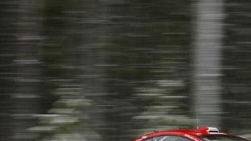 Švéd Daniel Carlsson na trati Švédské rallye 2005 s vozem Peugeot 307 WRC.