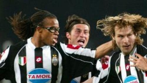 Spoluhráči z Juventusu gratulují Pavlu Nedvědovi (uprostřed) poté, co vstřelil gól Barceloně.