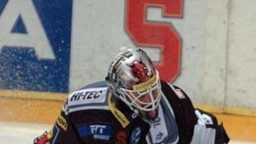 Brankář Sparty Petr Bříza kapituluje v dohrávce 36. kola extraligy se Vsetínem.