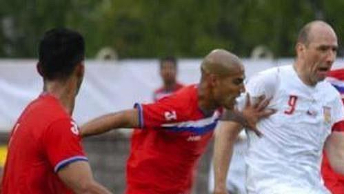 Jan Koller uniká trojici hráčů Kostariky.