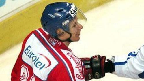 Miloš Hořava ve strkanici s Marko Tuomainenem z Finska.