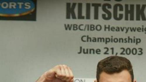 Boxer Vitalij Kličko při vážení před zápasem o titul mistra světa v těžké váze organizace WBC, v němž se utká s Lennoxem Lewisem.