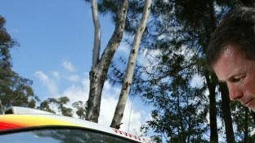 Pilot stáje Citroën Colin McRae pečuje o vůz při druhé etapě Australské rallye.