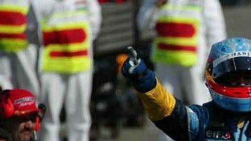 Vítězné gesto Fernanda Alonsa bezprostředně po dojetí do cíle Velké ceny Maďarska.