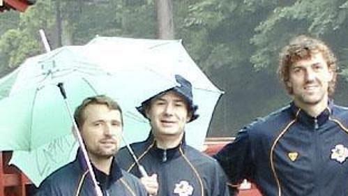 Čeští hokejisté (zleva) Patrik Martinec, Zdeněk Nedvěd, Jaroslav Nedvěd a Daniel Seman při cestě do Japonska.