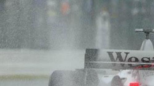 Sloupce vody za vozem McLaren Kimiho Räikkönena při pátečním volném tréninku na Velkou cenu Japonska v Suzuce.