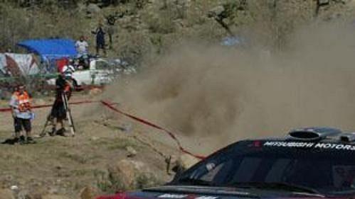 Harri Rovanperä s mitsubishi na trati Mexické rallye.