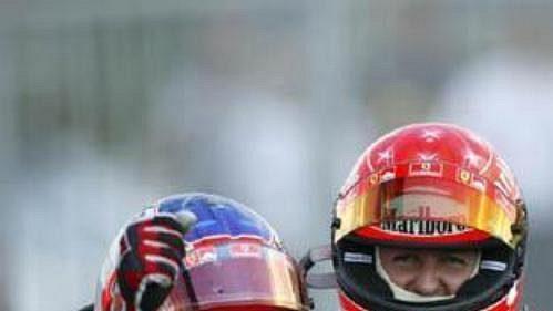 Dvojice jezdců Ferrari - zvleva Rubens Barrichello a Michael Schumacher.