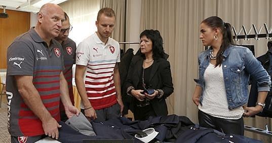 Manažer Dušan Fitzel a legionář Michal Kadlec prohlíželi oblečení obzvláště zkoumavě.